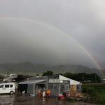 出荷場と虹
